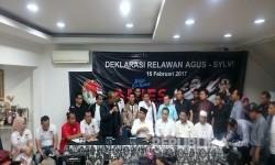 Relawan Agus-Sylvi dari Komite Nasional Masyarakat Indonesia (KMNI) mendeklarasikan dukungan ke paslon nomor urut tiga, Anies-Sandi di Jalan Cikajang nomor 60, Kebayoran Baru, Jakarta Selatan, Kamis (16/2).