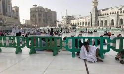 Pagar pembatas plastik hijau di Masjidil Haram.