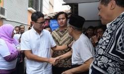 Cawagub DKI Jakarta nomor urut tiga Sandiaga Uno (kiri) menyapa warga Joglo seusai sosialisasi di Jalan H Kidi, Joglo, Jakarta Barat, Selasa (28/3).