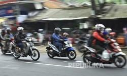 Sejumlah kendaraan roda dua melintasi ruas Jalan Raya Kadipaten- Pamoyanan, Kecamatan Gentong, Kabupaten Tasikmalaya, Jumat (23/6).
