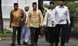Ketua Gerakan Nasional Pengawal Fatwa Majelis Ulama Indonesia (GNPF-MUI) Bachtiar Nasir (ketiga kiri) bersama Wakil Ketua GNPF-MUI Zaitun Rasmin (kedua kanan) meninggalkan Kompleks Istana Kepresidenan usai bertemu Presiden Joko Widodo di Jakarta, Ahad (25/6).