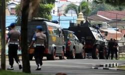 Personel Brimob berjaga di dekat pos polisi Mapolda Sumut pasca peristiwa penyerangan, di Medan, Sumatera Utara.
