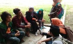 Aanak-anak jalanan mendengarkan penyuluhan bahaya narkoba yang disampaikan oleh Komando BSI.