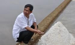 akal calon bupati Cirebon, Nasihin saat mengunjungi ke sentra petani garam di Kandawaru, Kabupaten Cirebon, Selasa (18/7).