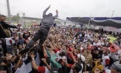 Aksi calon gubernur DKI Jakarta, Agus Harimurti Yudhoyono, saat melompat dari atas panggung.