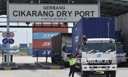 Aktifitas keluar masuk kontainer di Cikarang Dry Port, Kota Jababeka, Cikarang, Jawa Barat, Kamis (14/9).