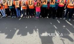 Aktivis dari Migrant Care menggelar aksi memperingati Hari Buruh Migran Internasional saat Hari Bebas Kendaraan Bermotor di Bundaran Hotel Indonesia, Jakarta, Ahad (18/12).