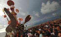 Anak nagari memanjat Tabuik di antara puluhan ribu warga menyaksikan prosesi Tabuik dibuang ke laut, di Pantai Gandoriah Pariaman, Sumbar, Ahad (25/11) tahun lalu.