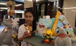Aneka Suvenir Asian Games 2018 dijual di Hotel Sheraton Gandaria City, Jakarta pada Ahad (14/1). SPG suvenir Asian Games 2018 Rini menjelaskan, harga suvenir itu mulai dari Rp 49 ribu hingga 199 ribu.
