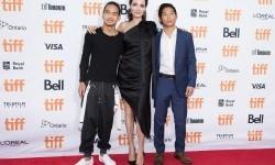 Angelina Jolie (tengah) diapit putranya Maddox (kiri) dan Pax (kanan).