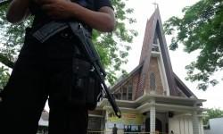 Anggota Brimob Polri melakukan penjagaan di halaman Gereja Katolik Stasi Santo Yosep pascaperistiwa teror bom di gereja tersebut di Medan, Sumatra Utara, Minggu (28/8).
