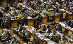 Anggota Dewan mengikuti Rapat paripurna di kompleks parlemen, Jakarta, Kamis (20/7).