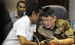 Anggota DPR Fraksi PDIP Adian Napitupulu (kiri), berbincang bersama Anggota DPR Partai NasDem Teuku Taufiqulhadi (kanan) saat memberikan keterangan pers di gedung DPR RI komplek parlemen, Senayan, Jakarta (20/11).