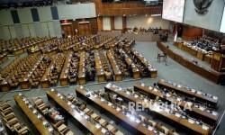Anggota DPR mengikuti Sidang Paripurna di Komplek Parlemen Senayan, Jakarta, Rabu (30/11).