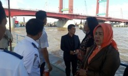 Anggota Komisi IV DPRD Sumatra Selatan meninjau langsung kondisi Jembatan Ampera setelah ditabrak kapal tongkang pengangkut batu bara
