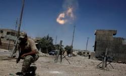 Anggota pasukan reaksi cepat Irak menembakkan mortar kepada posisi militan ISIS di barat Mosul, Irak, 31 Mei 2017.