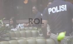 Anggota Reskrim Polda Metro Jaya melakukan pra-rekonstruksi di Cafe Olivier, Mal Grand Indonesia, Jakarta, Senin (11/1). (Republika/Yasin Habibi)