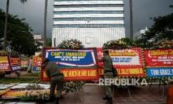Anggota Sat Pol PP merapikan karangan bunga yang ditujukan untuk Gubernur DKI Jakarta Basuki Tjahaja Purnama atau Ahok dan Wakil Gubernur Djarot Saiful Hidayat di halaman kantor Balai Kota Jakarta, Rabu (26/4).
