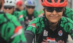Anggota tim Gowes Touring Pesona Nasional yang melintasi Kota Bengkulu.