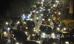 Antrean kendaraan pemudik pada H-2 Lebaran di ruas Jalan Raya Nagreg, Kabupaten Bandung, Jumat (23/6).