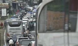 Antrean kendaraan pemudik pada H-2 Lebaran di ruas Jalan Raya Malangbong, Kabupaten Garut, Jumat (23/6).