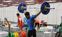Atlet angkat besi Indonesia Deni saat berlatih di Rio de Janeiro, Jumat (29/7).
