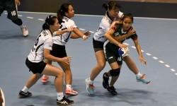 Atlet Bola Tangan Indonesia Marselina (kanan) dihadang atlet Bola Tangan Hongkong pada pertandingan pertama dalam ajang 7th Asian Women's Youth Handball Championship di GOR POPKI Cibubur, Jakarta, Minggu (20/8).