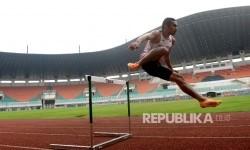Atlet lari melakukan latihan lari gawang sebelum SEA Games 2017 di Stadion Pakansari, Bogor, Jawa Barat, Senin (14/8).