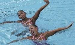 Atlet renang Indah Indonesia Anisa Feritrianti (kiri) dan Claudia Megawati menunjukkan gerakan dalam nomor duet free routine putri renang sinkronisasi SEA Games XXIX di National Aquatic Centre, kawasan Stadion Bukit Jalil, Kuala Lumpur, Malaysia, Minggu (20/8).