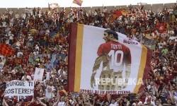 Baliho berukuran raksasa Francisco Totti diusung supporter AS Roma  pertandingan terakhir Francesco Totti bersama AS Roma melawan Genoa CFC di Stadion Olympico, Roma, Senin (29) dini hari.