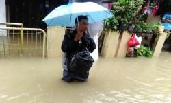 Banjir di Kelurahan Harapan Mulya, Medansatria, Kota Bekasi. Ada 14 titik perumahan di Kota Bekasi yang tergenang banjir.