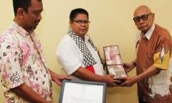 Bantuan kemanusiaan Palestina diserahkan oleh Ketua Dewan Pembina JSIT, Sukro Muhab kepada Ketua Umum KNRP Suripto disaksikan oleh Ketua Departemen Sosial dan Kemanusiaan JSIT, Sahroni.