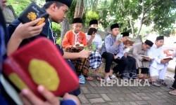 Beberapa santri melakukan tilawah sambil menghafal usai sholat ashar di PPPA Daarul Quran, Tangerang, Banten, Rabu (24/2). (Republika/Wihdan)