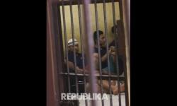 Beberapa tahanan berada di dalam sel Sat Narkoba Polres Binjai pasca peristiwa pelarian tahanan di Binjai, Sumatera Utara, Minggu (14/5).