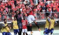 Bek Bali United Ahn Byung-keon menyundul bola saat melawan Barito Putera dalam lanjutan Piala Presiden di Stadion Kapten I Wayan Dipta, Gianyar, Bali, Sabtu (18/2)