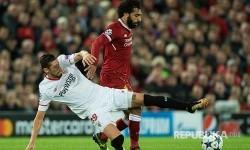 Bek Sevilla Sergio Escudero menahan laju striker  Liverpool Mohamed Salah  Liverpool pada  pertandingan UEFA Champion League Grup E di London, Kamis (14/9) dini hari.