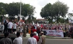 Berbagai organisasi masyarakat (ormas) Islam di Sumatra Barat melakukan aksi jalan kaki dari Masjid Nurul Iman Padang menuju Kantor Gubernur Sumatra Barat.