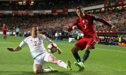 Bintang Portugal Cristiano Ronaldo (kanan) saat menghadapi Hungaria, Ahad (26/3) dini hari WIB.