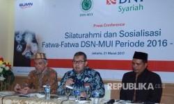 BNI Syariah bersama DSN MUI melakukan sosialisasi Fatwa Terbaru periode 2016-2017 terkait perbankan syariah, asuransi, rumah sakit, dan pariwisata di Wisma Antara, Jakarta (21/3). Idealisa Masyrafina