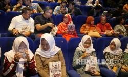 Bunda Literasi Jabar Netty Prasetyani Heryawan (tengah) berbincang dengan Senior Vice President Divisi Corporate Secretary Bank BJB Hakim Putratama dan Pemimpin Wilayah I Bank BJB Isa Anwari (kiri) di sela-sela Nonton Bareng Film Seteru Bank BJB, di Cihampelas Walk (Ciwalk), Kota Bandung, Jumat (28/4).