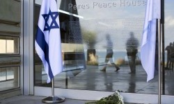 Bunga diletakkan di luar Pusat Peres untuk Perdamaian di Jaffam dekat Tel Aviv, Israel, Rabu (28/9). Mantan Presiden Israel Shimon Peres meninggal di usia 93 tahun.