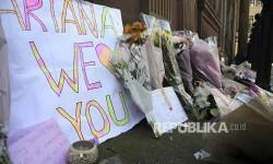 Bunga tanda belasungkawa diletakkan warga di St Ann Square Manchester, Inggris (23/5)