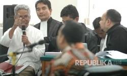 Buni Yani menanggapi kesaksian Andi Windo Wahyudi yang melaporkan postingan Buni Yani hadir pada sidang lanjutan kasus dugaan pelanggaran Undang-undang Informasi dan Transaksi Elektronik (ITE) yang menjerat Buni Yani, di Gedung Arsip dan Perpustakaan Daerah Kota Bandung, Kota Bandung, Selasa (18/7).