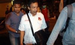 Bupati Batubara OK Arya Zulkarnaen (tengah) dikawal petugas ketika terjaring Operasi Tangkap Tangan (OTT) KPK, sebelum diberangkatkan ke Jakarta di Mapolda Sumut, Medan, Sumatera Utara, Rabu (13/9) malam.