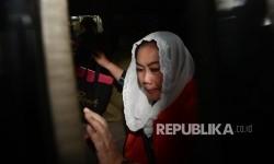 Bupati Klaten non aktif Sri Hartini meninggalkan Gedung KPK usai menjalani pemeriksaan di Jakarta, Rabu (18/1).