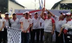 Bupati Purwakarta H Dedi Mulyadi melepas peserta gerak jalan sehat yang diselenggarakan empat BUMN di PJT II Jatiluhur, Kabupaten Purwakarta, Ahad (13/8)