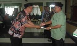 Bupati Tasikmalaya H Uu Ruzhanul Ulum (kanan) menyerahkan penghargaan kepada sejumlah kepala desa yang sukses memungut PBB di Komplek Pemkab Tasikmalaya, belum lama ini.