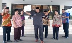 Bupati Tasikmalaya H Uu Ruzhanul Ulum menunjukkan piala dan piagam juara I lomba website antarpemerintah kabupaten dan kota se-Jawa Barat dalam kegiatan Kominfo Award 2017 yang diselenggarakan Dinas Komunikasi dan Informatika Jabar di Trans Luxury Hotel, Kota Bandung, Rabu (13/9).