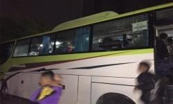 bus yang dirusak sekelompok orang di Tol Kebon Jeruk