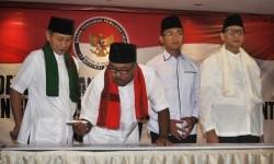Cagub Rano Karno (kedua kiri) manandatangani pakta integritas saat Deklarasi Anti Politik Uang yang juga diikuti Cagub Wahidin Halim (kanan), Cawagub Andika Hazrumi (kedua kanan) dan Embay Mulya Syarif (kiri).